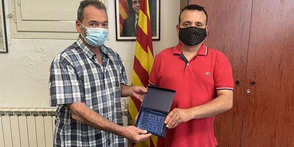 L'alcalde de Sant Ramon, Aleix Bochaca, fent entrega de la placa a Joan Canós