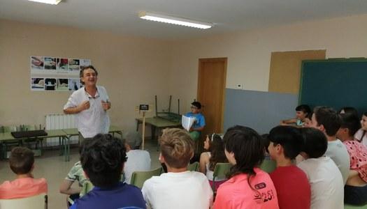 L'escola de Sant Ramon projecta una sessió de contes per treballar accions de gènere.